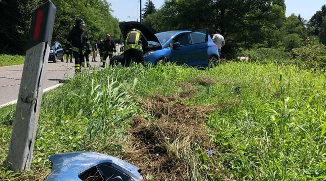 incidente cadorago via manfredini auto e scooter, palo abbattuto nel campo