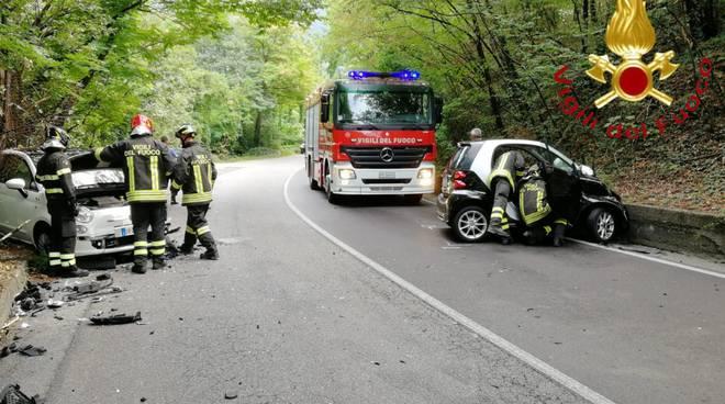 incidente via asiago a tavernola, impatto tra smart e 500 vetture danni pompieri