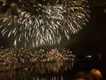 Lo spettacolo del lago di Pusiano illuminato per la Madonna della Neve