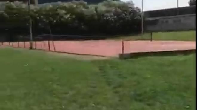 parco di tavernola degrado campo da tennis ed erba alta segnalazione lettori