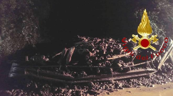pompieri in posto claino con osteno frana strada per il maltempo