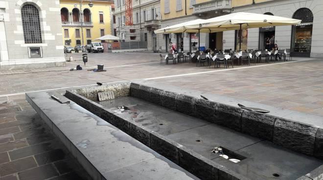 pulizia vasche fontane di piazza grimoldi a como operai idropulitrice