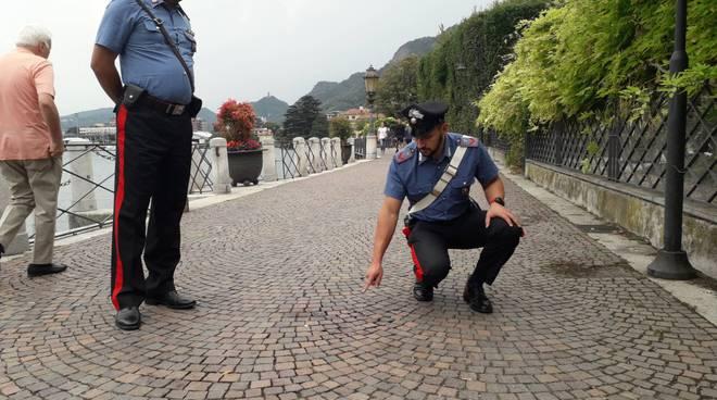 rissa e ferimento passeggiata di villa olmo carabinieri indicano posto e macchia di sangue