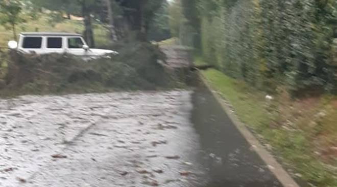 smottamento cliano con osteno fango sulla strada ed albero caduto a pian delle noci in strada