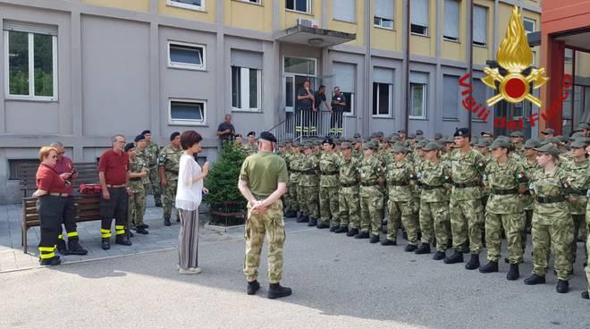 studenti con le stellette in visita alla caserma dei pompieri di como comandante li riceve