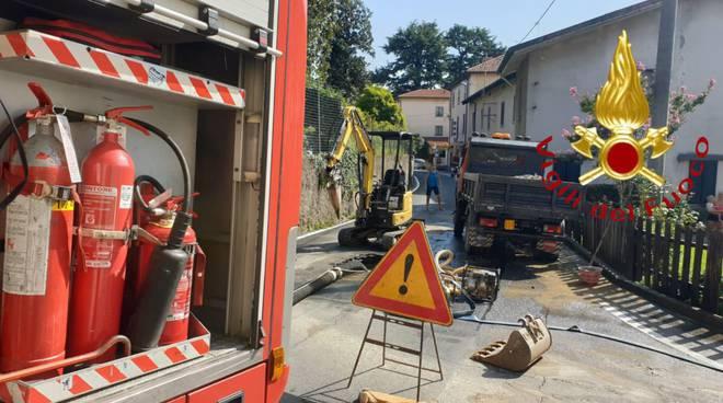 tubazione saltata a vertemate in strada i pompieri per sistemazione
