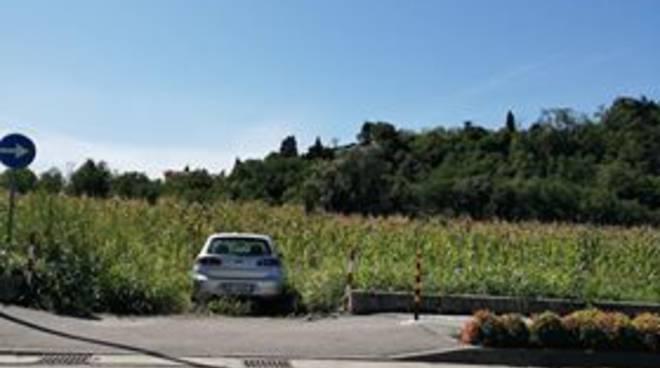 auto parcheggiata nel campo a montano lucino divieto sosta