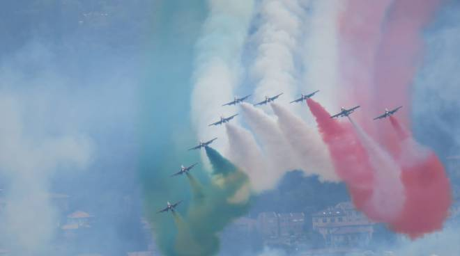 esibizione delle frecce tricolori sul centro lago di como e loro arrivo in cielo