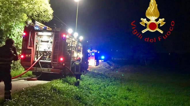 incendio notte a cantù via monte rosa, pompieri a spegnere rogo