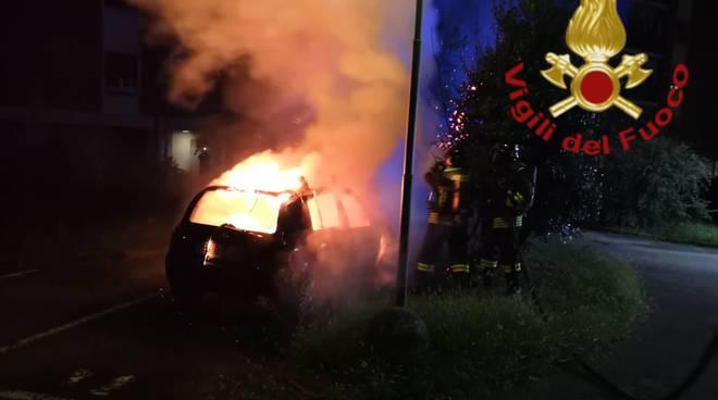 incendio notte via di vittorio a rebbio, auto danneggiata da fiamme pompieri