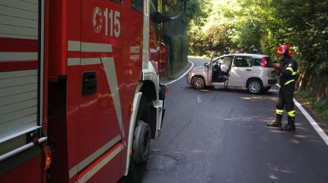 incidente mariano comense, auto fuori strada contro palo della luce