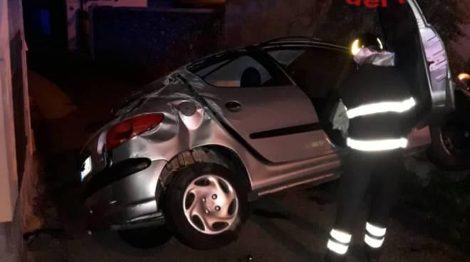 incidente menaggio auto fuori strada nella notte in via 4 noivembre