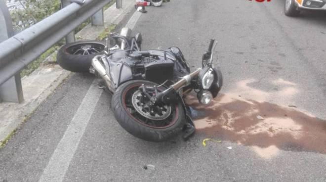incidente tra moto ed un auto valbrona, motociclista nel lago soccorsi elicottero e pompieri