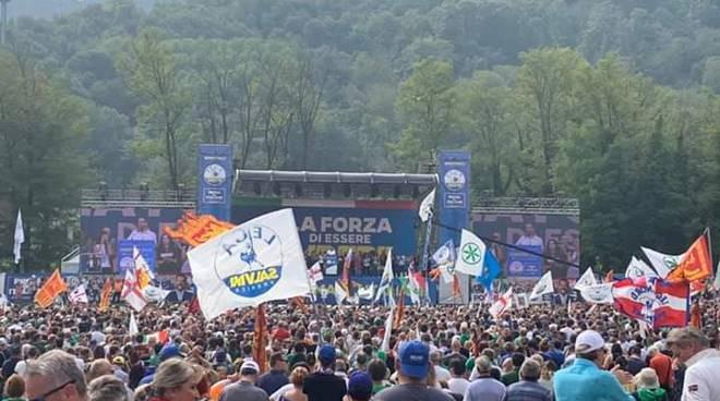 leghisti di como presenti a pontida raduno sul pratone foto locatelli, molteni e militanti con bandiere
