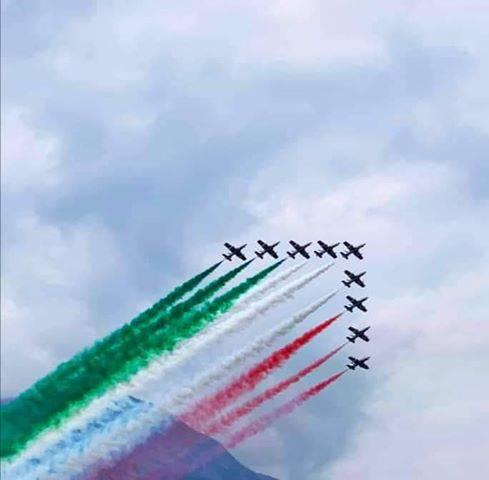 Lo spettacolo delle Frecce Tricolori sul lago di Como: magia tricore