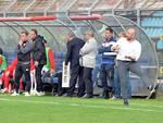 marco banchini allenatore del como davanti alla panchina stadio