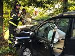 montano lucino auto fuori strada e contro un albero via roma pompieri