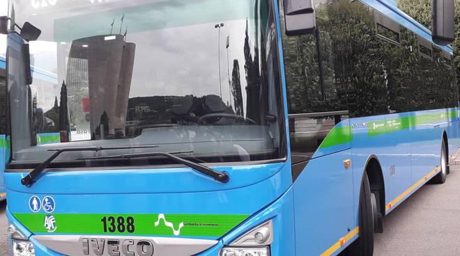 presentazione nuovi pullman strade di como con  dirigenti e sindaco presidente provincia