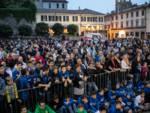 presentazione pallacanestro cantù in piazza garibaldi tifosi presenti