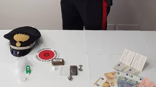 ragazzo di inverigo arrestato con droga a casa ed in auto materiale trovato da carabinieri