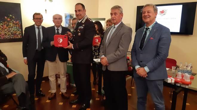 consegna defibrillatori a polizia carabinieri e scuole da parte di comocuore