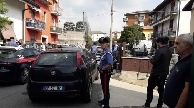 delitto a vighizzolo di cantù via cartesio, accoltella la suocera in casa carabinieri luogo, gente