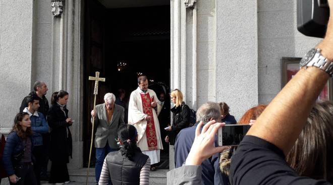 Il funerale di Gaetano Banfi alla chiesa di Rebbio: tanto dolore