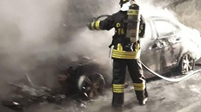 incendi auto a mariano comense due episodi distinti