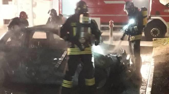 incendio notte auto incendiata in piazza ad inverigo pompieri per spegnere fuoco
