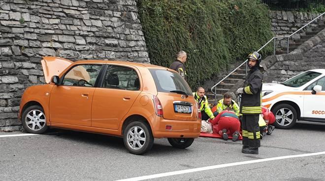 incidente statale per lecco, auto sbanda e finisce contro il muto