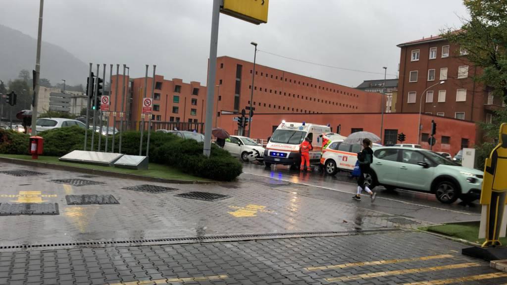 incidenti oggi a como via ambrosoli, schianto tra auto