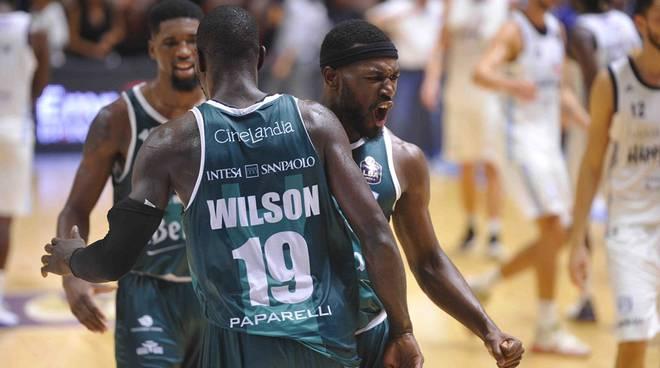 pallacanestro cantù prima gara di campionato esultanza giocatori cantù