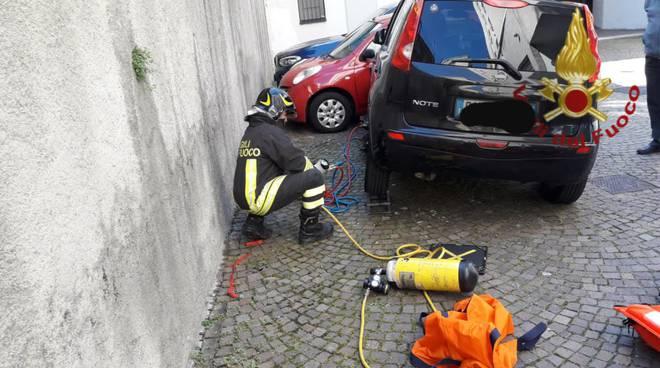 pensionato investito dalla sua auto a como in via palestro pompieri zona discesa box