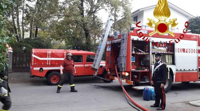 pompieri intervento per incendio box a mozzate via ronchi fumo e mezzi in azione