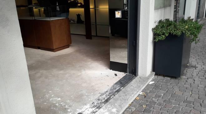 spaccata dei ladri notte negozio tessabit di cernobbio, vetrina abbattuta ed insegna