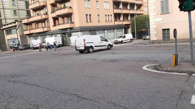 svolta proibita a sinistra su via gallio furgone ripreso da nostro lettore