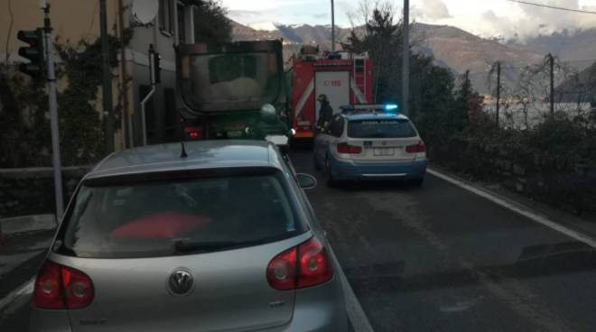 auto ribaltata a brienno sulla regina, soccorsi polizia stradale e pompieri