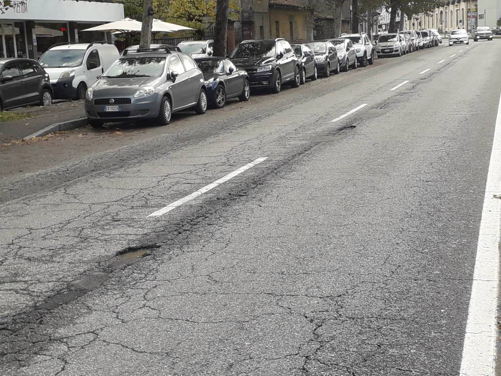 buche strade di como segnalazione in viale Innocenzo davanti quarto ponte
