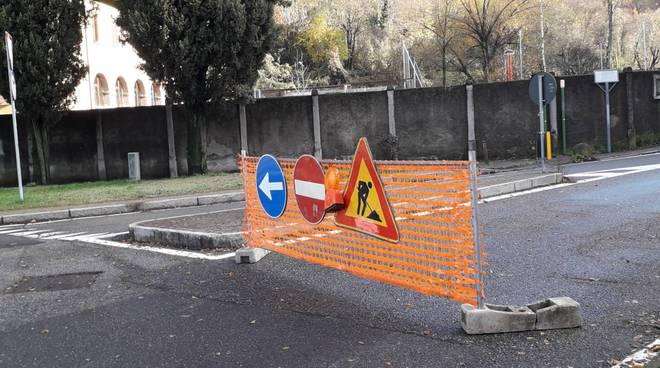 cantieri strade di como, lavori in via carso e viale geno operai e cartelli