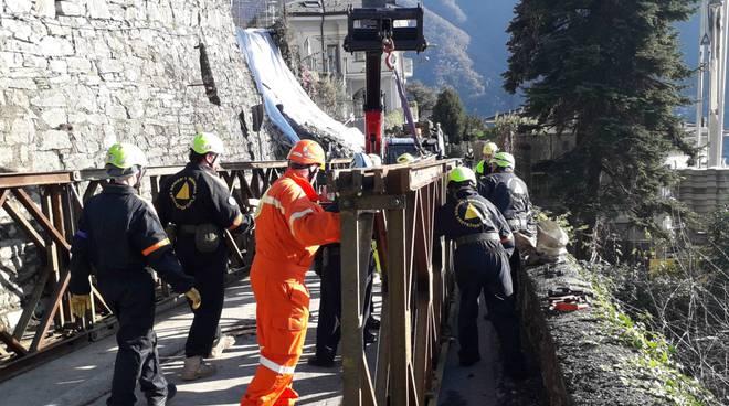 frana di cernobbio, via ai lavori di costruzione del ponte tecnico volontari e amministratori in posto