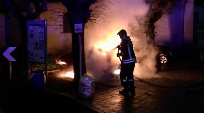incendio nella notte auto danneggiata a lurate caccivio località castello