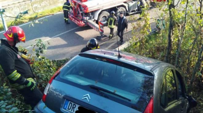 incidente di merone auto fuori strada e nel dirupo recupero pom pieri