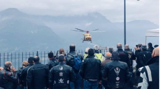 incidente motociclisti verso il ghisallo, elicottero intervenuto e persone ad assistere