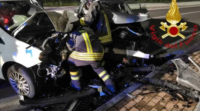 incidente notte montano lucino scontro tra due auto, feriti e soccorsi