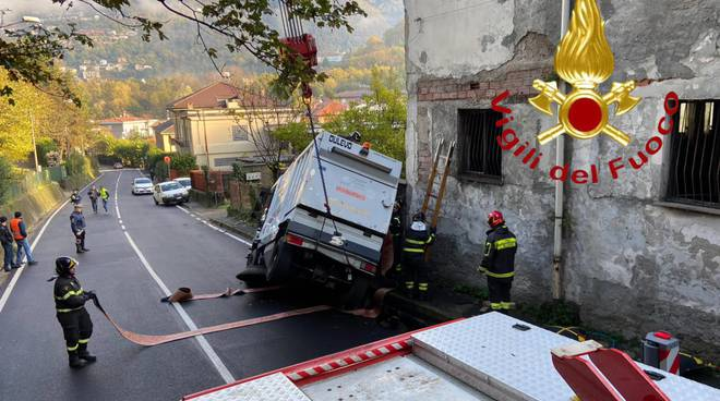incidente via carso spazzatrice aprica nella voragine della strada