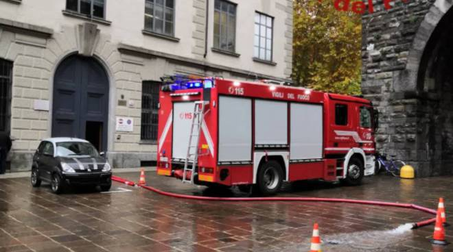 infiltrazioni acqua al liceo teresa ciceri como intervento pompieri con autopompa