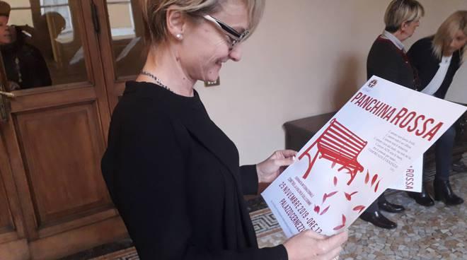 iniziative comune di como per dire no alla violenza sulle donne panchina rossa
