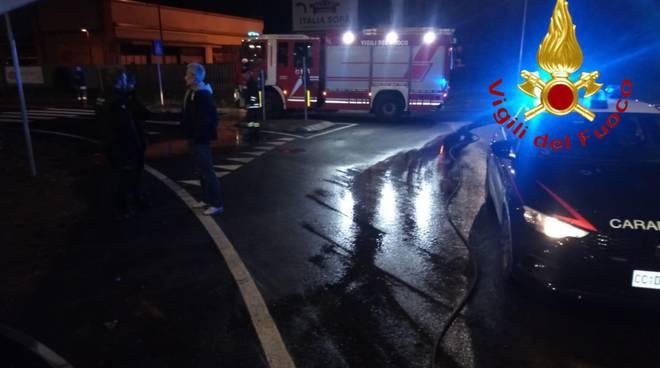 novedrate incidente notte, auto fuori strada e contro il muro
