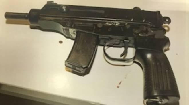 polizia sequestra armi da guerra a casa di un giovane rumeno a maslianico arrestato