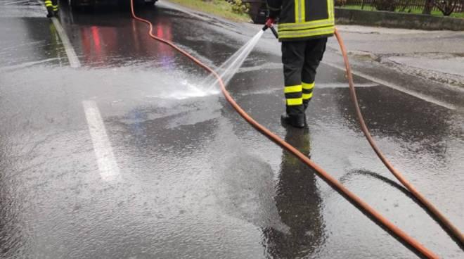 strada sporca di gasolio arrivano i pompieri arosio canzo idranti